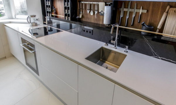 Eine Schürze mit Regalen in der Küche
